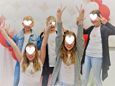 Teenager Fotoshooting Peace Zeichen Teenagergeburtstag Fotoshooting