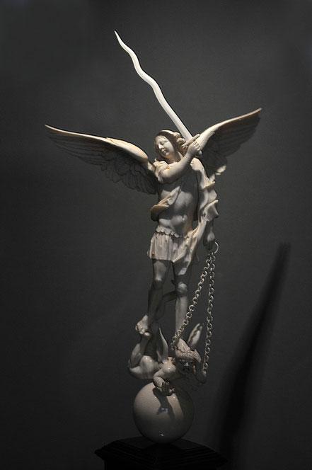 Italien. Erzengel Michael triumphiert über den Satan. 17. Jh. Elfenbein 34,5 cm Braunschweig, Herzog-Anton-Ulrich-Museum Elf 74