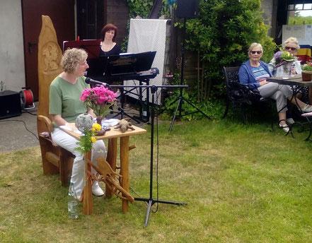 Elke Ferner Lesung im eigenen Garten in Eldena OT Güritz