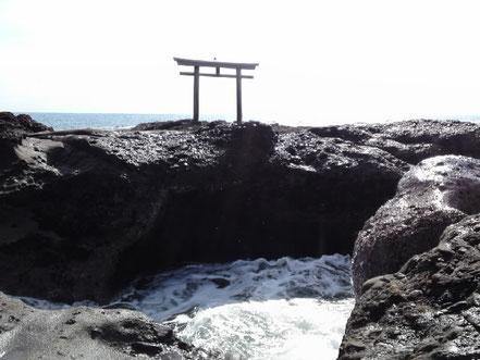 後ろを向くと、関東一大きな鳥居が待ち構えていました。