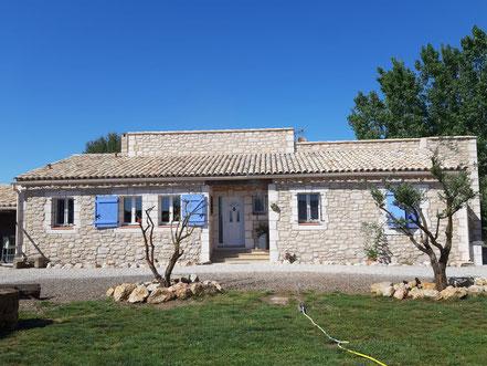 Décoration de la maison et de son hangar en enduit fausse pierre