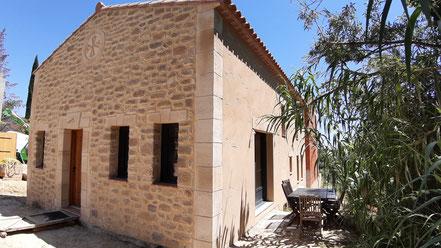 Enduit pierre sur gîte avec œil de bœuf et croix du Languedoc