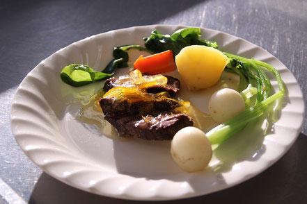 鹿肉のソテー マーマレードソースと野菜の写真