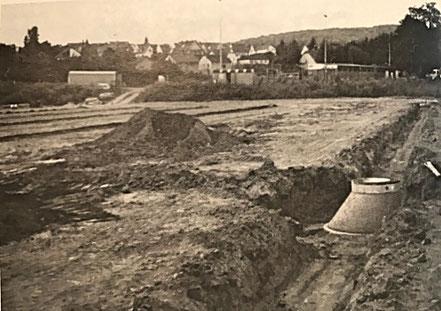 Bauarbeiten (Planierung) am neuen 2. Hartplatz (1985).