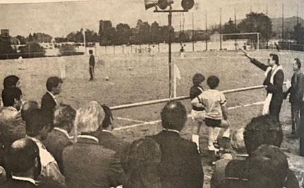 Dem neuen DJK-Sportplatz gab Pfarrer Josef Lindemann den kirchlichen Segen.