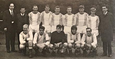 1. Mannschaft Meister C-Klasse 1968/69 | (hinten) Betreuer H. Becker, Trainer K. Redel, H. Steinfeld, E. Schmadel, H. Schmitt, St. Scholl, G. Schmitt, W. Deffland, F. Pressmann | (vorn) H.H. Uhl, H. Auernhammer, A. Hartz, W. Meissner, G. Schweitzer