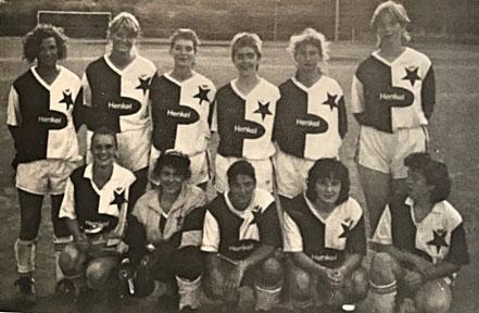 Die Damenmannschaft 1993 | (stehend) E. Messina, J. Redel, S. Wesely, U. Morlo, B. Ruck, T. Moses | (kniend) Ellen, M. Fisci, I. Vogelsang, B. Schmidt, Cl. Langenfeld