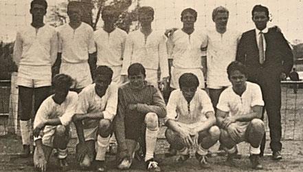 Die Jugendmannschaft in Düsseldorf | F.J. Sakraschinsky, H. Auernhammer, G. Schweitzer, H. Ochs, K. Schmelzer, H.H. Uhl, K. Redel (st.v.l.), W. Deffland, J. Schwarz, N. Jung, W. Meissner, D. Wagner
