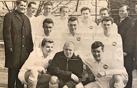 2. Fußballmannschaft 1963 | (stehend von links) H. Stahl, H. Scholz, A. Korte, G. Scherer, H. Stolz, H. Busch, G. Becker, F.J. Nothof | (2. Reihe) E. Heib, H. Steinfeld, D. Redel | (kniend) L. Schales, P. Becker, D. Betz