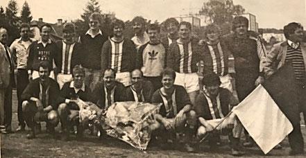 2. Mannschaft Meister 1983/84 | (stehend) K. Busch, Wesely, Fickinger, Omlor, A. Redel jun., T. Arend, Kiefer, U. Betz, F. Arend, Schmidt, Hermann, Walle, K. Redel | (kniend) Betz, Gehring, Rapräger, Buss, Redel, Fischer