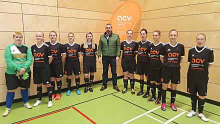 Die Frauenmannschaft beim Hallenmasters mit der neuen Trikotspende des ACV.