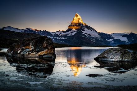 Schon lange war es ein Wunsch von mir, das Matterhorn bei Sonnenuntergang, Sonnenaufgang und unter der Milchstrasse zu fotografieren. Das alles ist nur möglich, wenn man vor Ort übernachtet. Das Berghaus 'Fluhalp' bietet sich da an. Wildes Campen ist in d