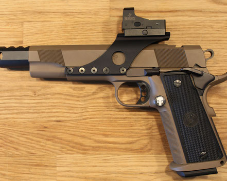 Les Bear Custom in Cerakote FDE, Gun-Art Custom Mag.-knopf mit   3-D Gravur, Gun-Art Custom Red-Dot Montage für Burris Fast Fire 3