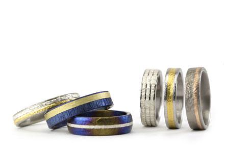 Alianzas de boda Antuña, modelo Encerrado, en las que se combinan a traves de incrustaciones, lineas de metales tales como titanio, oro puro, oro rojo, oro verde, plata, platino y paladio,