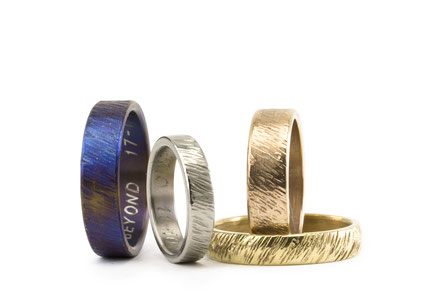 Alianza de boda de marca Antuña, modelo Orbayu, en titanio, oro amarillo, oro blanco con una textura original
