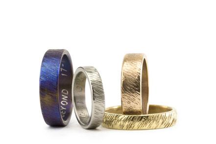 Alianza de boda artesanales con texturas en titanio, oro amarillo, oro blanco con una textura original