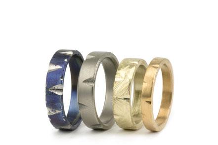 Alianzas de matrimonio en titanio, oro, con un diseño muy artesanal