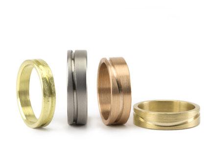 Alianzas de boda con texturas de diferentes materiales: oro, oro rosa, oro verde...