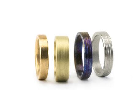 Alianzas de boda con texturas de diferentes materiales: titanio, oro, oro rosa, oro verde...