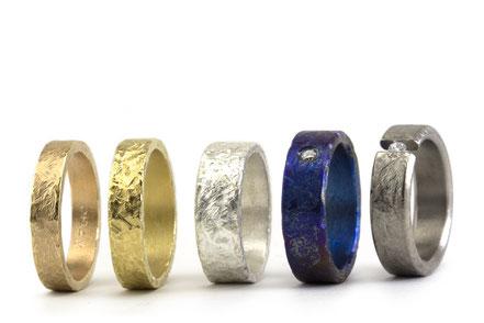 Alianza de boda de marca Antuña, modelo tierra, en titanio, oro amarillo, oro blanco, oro rojo con una textura muy sugerente