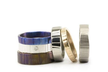Alianza de boda artesanales y diferentes en titanio, oro amarillo, oro blanco y plata pura con una textura actual