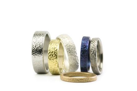 Alianza de boda de marca Antuña, modelo Granizo, en titanio, oro amarillo, oro blanco con una textura moderna