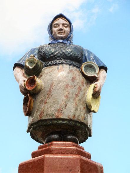 Töpferfrau auf dem Töpferbrunnen in Kohren-Sahlis