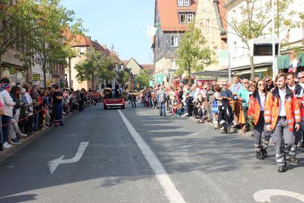 Der Straßenrand war dicht mit Zuschauern bevölkert.