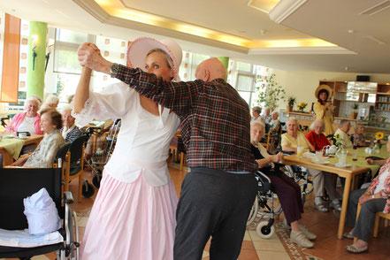 Auch ein älterer Tänzer drehte mit Katrin ein paar Runden