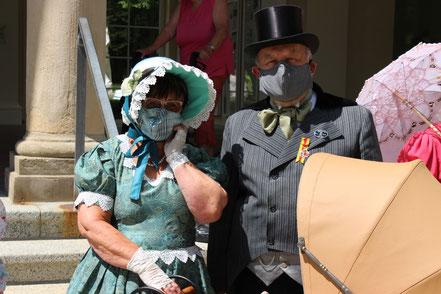 Ein Paar mit Mundschutzmasken