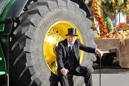 Biedermeier Lumpi sitzt im großen Traktorreifen.