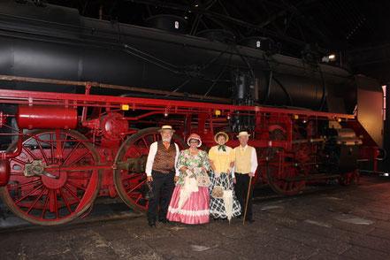 Gruppe vor den großen Rädern der Dampflock