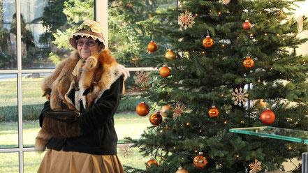 Biedermeierfrau vor dem Weihnachtsbaum