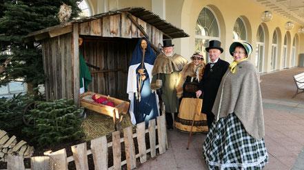4 Biedermeier bei der Weihnachtskrippe
