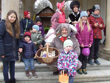 Viele Kinder um den Osterhasen herum