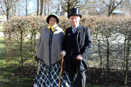 Ein in Winterkleidung gekleidetes Biedermeierpaar