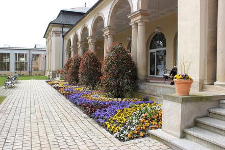 Blumenbeete an der Wandelhalle