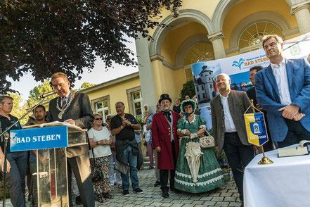 Der Bürgermeister hält die Begrüßungsrede
