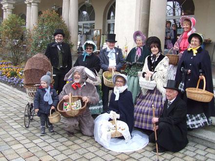 Alle Helfer mit dem Osterhasen vor der Wandelhalle