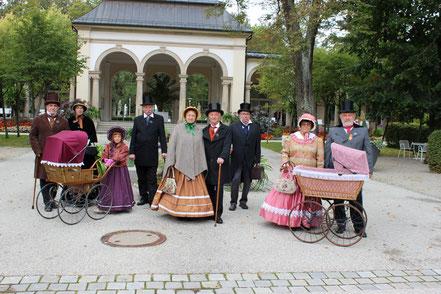 Biedermeiergruppe vor der Wandelhalle in Bad Steben