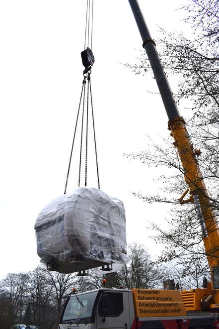 Mit einem Kran wird der neue Magnet-Resonanz-Tomograf zur Praxis befördert.  © Marielle Wegener