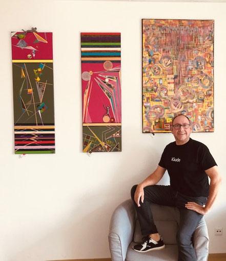 """Ausstellung im Bayerischen Sandbach .  Andreas Alka alias """" FLoYd """" mit drei seiner Arbeiten. Von links: - Titel """"EPISTEME 1 / Erkenntnis"""". - Titel """"EPISTEME 2 / Wissen"""". - Titel """"BALLOON / Aufsteigende Gedanken""""."""