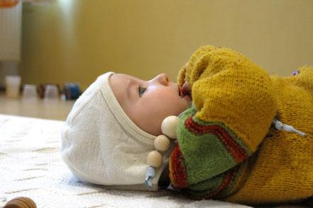 Baby mit SpielRaum Materialien nach Emmi Pikler