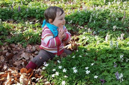 Kleinkind im SpielRaum Natur (Wald)