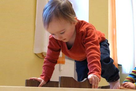 Kleinkind mit SpielRaum Bewegungsgerät nach Emmi Pikler