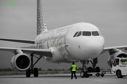 A320 Vueling realizando pusch back desde stand 1 -LCG/LECO