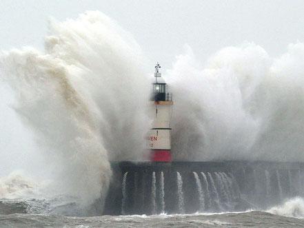 El far Newhaven és colpejada per les onades durant una tempesta a New Haven, a la costa sud d'Anglaterra.