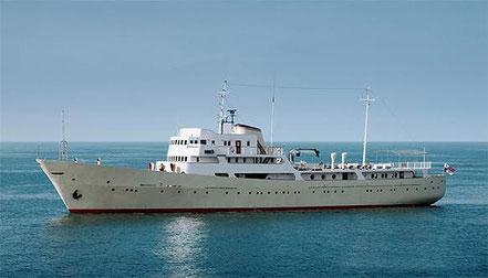 El petit vaixell de creueristes La Sultana de 64 metres d'eslora, amb bandera de Panamà procedent de Cannes, França. 11.08.16. Construït l'any 1962 a la URSS, te set suites, era un vaixell espia al mar Negre i el Mediterrani Oriental.