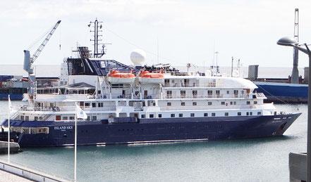 Petit vaixell de creueristes Island Sky amb bandera de les Bahamas 28.09.17.