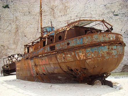 Vaixell encallat a cala Panagiotis, cova dels contrabandistes, és avui una de les mes famoses de Grècia. Situada a la illa de Zante.